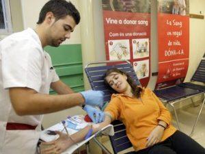 Una voluntaria donant sang